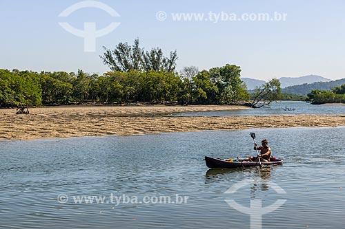 Praticantes de canoagem na Restinga da Marambaia - área protegida pela Marinha do Brasil  - Rio de Janeiro - Rio de Janeiro (RJ) - Brasil