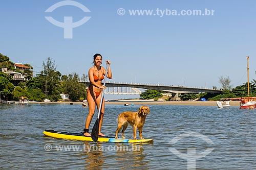 Praticante de Stand up paddle e cachorro próximo a foz da Restinga da Marambaia - área protegida pela Marinha do Brasil  - Rio de Janeiro - Rio de Janeiro (RJ) - Brasil