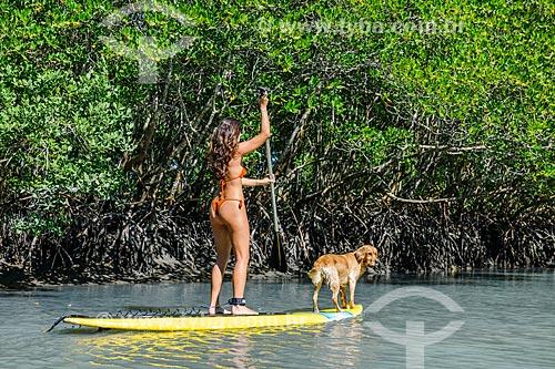 Praticante de Stand up paddle e cachorro na Restinga da Marambaia - área protegida pela Marinha do Brasil  - Rio de Janeiro - Rio de Janeiro (RJ) - Brasil