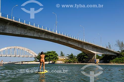Praticante de Stand up paddle próximo a foz da Restinga da Marambaia - área protegida pela Marinha do Brasil  - Rio de Janeiro - Rio de Janeiro (RJ) - Brasil