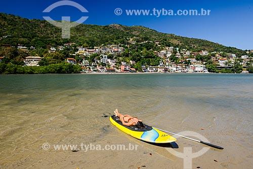Praticante de Stand up paddle tomando sol na Restinga da Marambaia - área protegida pela Marinha do Brasil  - Rio de Janeiro - Rio de Janeiro (RJ) - Brasil