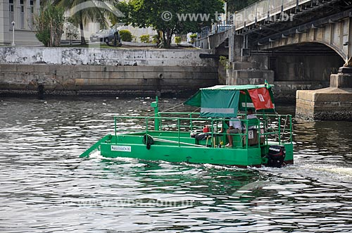 Vista do Ecoboat - barco com equipamentos que coletam os resíduos sólidos flutuantes na água - a partir da Orla Prefeito Luiz Paulo Conde (2016)  - Rio de Janeiro - Rio de Janeiro (RJ) - Brasil