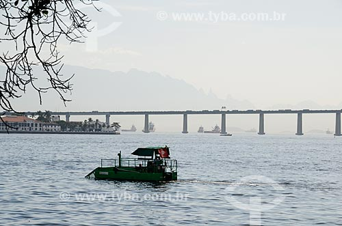 Vista do Ecoboat - barco com equipamentos que coletam os resíduos sólidos flutuantes na água - na Baía de Guanabara  - Rio de Janeiro - Rio de Janeiro (RJ) - Brasil