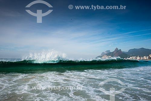 Vista geral da orla da Praia do Arpoador com o Morro Dois Irmãos e a Pedra da Gávea ao fundo  - Rio de Janeiro - Rio de Janeiro (RJ) - Brasil