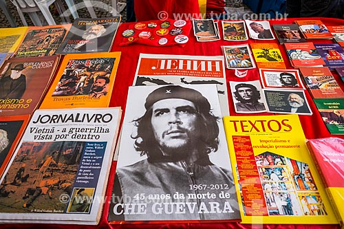 Publicações à venda na manifestação a favor da Presidente Dilma Rousseff durante a votação de admissibilidade do impeachment na Câmara dos Deputados  - São Paulo - São Paulo (SP) - Brasil