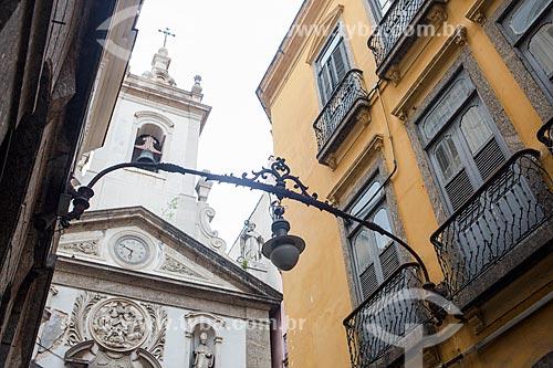 Luminária antiga no Arco do Teles com Igreja de Nossa Senhora da Lapa dos Mercadores ao fundo  - Rio de Janeiro - Rio de Janeiro (RJ) - Brasil