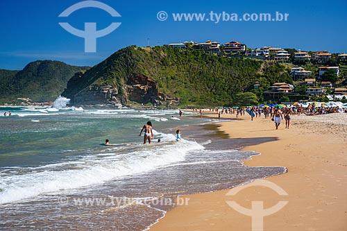Banhistas na orla da Praia de Geribá  - Armação dos Búzios - Rio de Janeiro (RJ) - Brasil