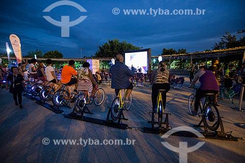 Público gerando energia necessária para a projeção dos filmes no Cine Pedal Brasil - festival audiovisual itinerante, gratuito e ao ar livre  - Rio de Janeiro - Rio de Janeiro (RJ) - Brasil