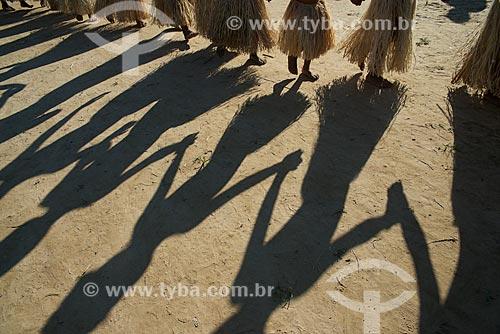 Sombras durante dança no Festival Yawanawá na aldeia da tribo Yawanawá  - Tarauacá - Acre (AC) - Brasil