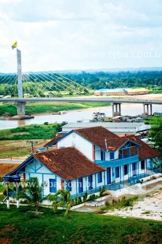 Casario às margens do Rio Juruá com a ponte estaiada ao fundo  - Cruzeiro do Sul - Acre (AC) - Brasil