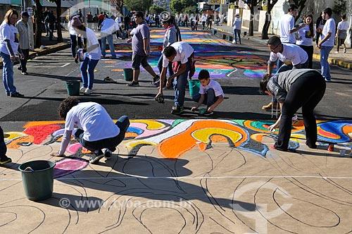 Voluntários montando tapetes de areia colorida para a procissão de Corpus Christi  - Matão - São Paulo (SP) - Brasil