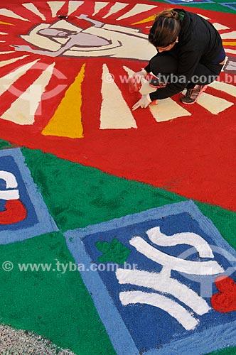 Voluntário montando tapetes de areia colorida para a procissão de Corpus Christi  - Matão - São Paulo (SP) - Brasil