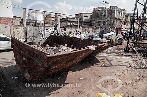 Caçamba de lixo na favela de Manguinhos  - Rio de Janeiro - Rio de Janeiro (RJ) - Brasil
