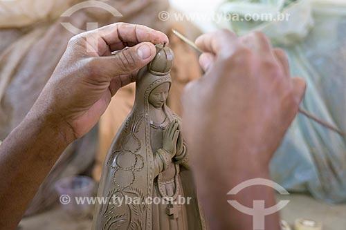 Detalhe de artesão moldando imagem religiosa na Associação dos Artesões de Tracunhaém  - Tracunhaém - Pernambuco (PE) - Brasil