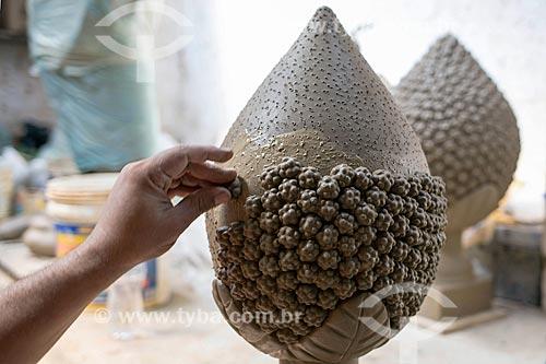 Detalhe de artesão moldando escultura em cerâmica na Associação dos Artesões de Tracunhaém  - Tracunhaém - Pernambuco (PE) - Brasil