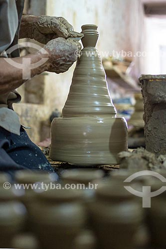 Detalhe de artesão moldando utensílio em cerâmica na Associação dos Artesões de Tracunhaém  - Tracunhaém - Pernambuco (PE) - Brasil