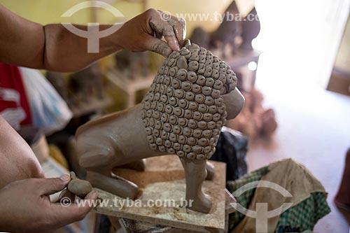 Detalhe de artesão moldando escultura de leão em cerâmica na Associação dos Artesões de Tracunhaém  - Tracunhaém - Pernambuco (PE) - Brasil