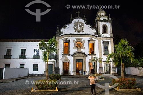 Turista no Mosteiro de São Bento (1599) à noite  - Olinda - Pernambuco (PE) - Brasil