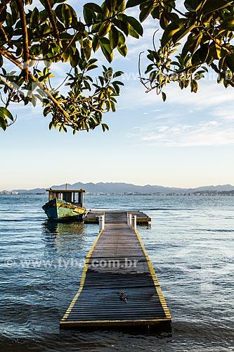 Barco atracado na Praia da Ponta do Sambaqui  - Florianópolis - Santa Catarina (SC) - Brasil