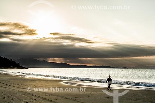 Banhista na orla da Praia da Lagoinha  - Florianópolis - Santa Catarina (SC) - Brasil