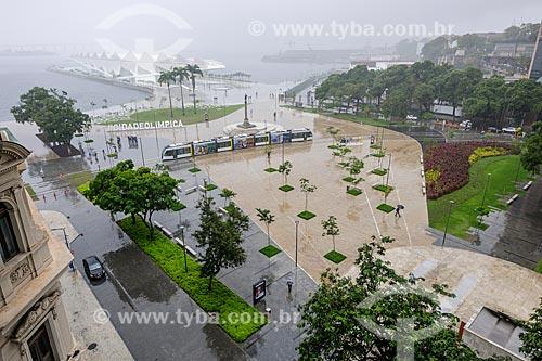 Veículo Leve Sobre Trilhos (VLT) passando na Praça Mauá  - Rio de Janeiro - Rio de Janeiro (RJ) - Brasil