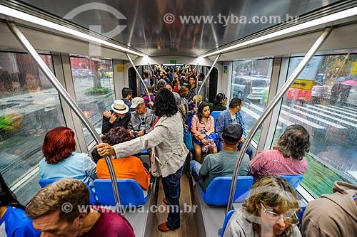 Passageiros fazendo viagem teste no Veículo Leve Sobre Trilhos (VLT)  - Rio de Janeiro - Rio de Janeiro (RJ) - Brasil