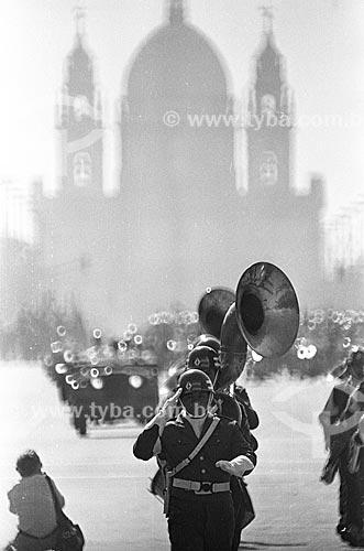 Desfile em comemoração ao Sete de Setembro na Avenida Presidente Vargas com a Igreja de Nossa Senhora da Candelária (1609) ao fundo  - Rio de Janeiro - Rio de Janeiro (RJ) - Brasil