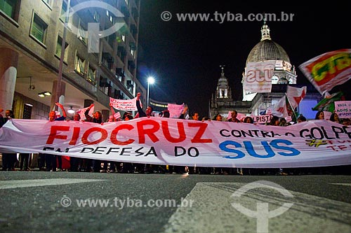 Ato nacional não ao golpe - nenhum direito a menos - na Avenida Presidente Vargas com a Igreja de Nossa Senhora da Candelária (1609) ao fundo  - Rio de Janeiro - Rio de Janeiro (RJ) - Brasil