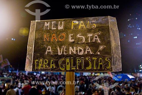 Detalhe de cartaz durante o Ato nacional não ao golpe - nenhum direito a menos - na Avenida Presidente Vargas - que diz: Meu país não está à venda! Fora golpistas  - Rio de Janeiro - Rio de Janeiro (RJ) - Brasil