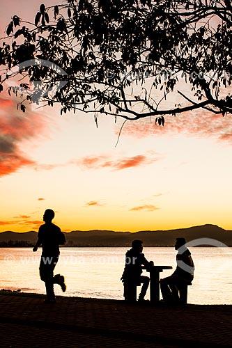 Pessoa no calçadão da Avenida Beira Mar Norte durante o pôr do sol  - Florianópolis - Santa Catarina (SC) - Brasil