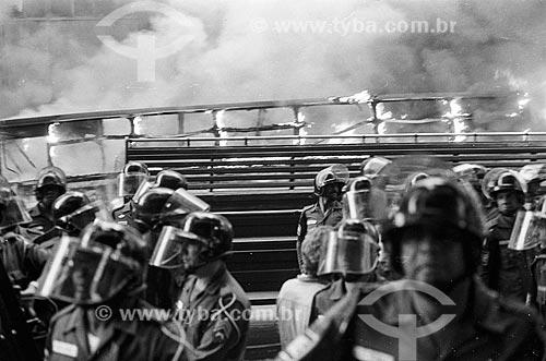 Ônibus queimado durante protestos contra aumento das passagens de ônibus  - Rio de Janeiro - Rio de Janeiro (RJ) - Brasil