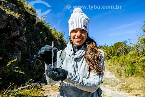 Mulher segurando formação de gelo durante a trilha do Morro do Couto no Parque Nacional de Itatiaia  - Itatiaia - Rio de Janeiro (RJ) - Brasil