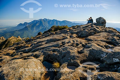 Casal observando a paisagem durante a trilha do Morro do Couto no Parque Nacional de Itatiaia  - Itatiaia - Rio de Janeiro (RJ) - Brasil