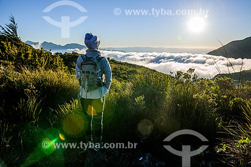 Turista observando a paisagem durante a trilha do Morro do Couto no Parque Nacional de Itatiaia  - Itatiaia - Rio de Janeiro (RJ) - Brasil