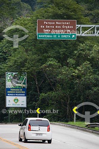 Placa indicando a travessia de animais na Rodovia Rio-Teresópolis (BR-116) - trecho do Parque Nacional da Serra dos Órgãos  - Teresópolis - Rio de Janeiro (RJ) - Brasil