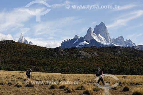 Turistas no Parque Nacional Los Glaciares com o Monte Fitz Roy ao fundo  - El Chaltén - Província de Santa Cruz - Argentina