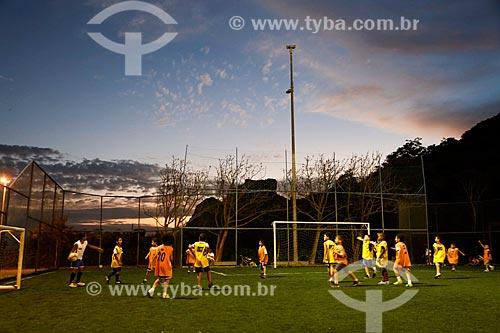 Crianças jogando futebol na Vila Olímpica do Vidigal com a Pedra da Gávea ao fundo  - Rio de Janeiro - Rio de Janeiro (RJ) - Brasil