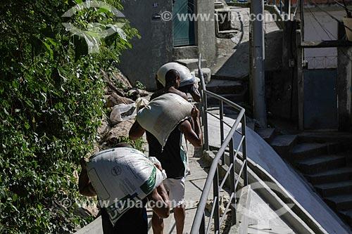 Trabalhadores carregando sacos de areia na favela do Vidigal  - Rio de Janeiro - Rio de Janeiro (RJ) - Brasil