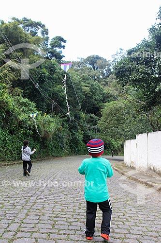 Meninos aprendendo a soltar pipa  - Rio de Janeiro - Rio de Janeiro (RJ) - Brasil