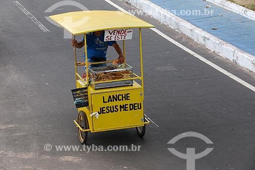 Detalhe de vendedor ambulante de salgados  - Parintins - Amazonas (AM) - Brasil