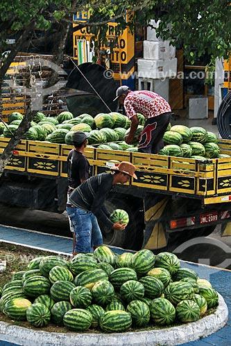 Homens descarregando caminhão com melancias (Citrullus lanatus) na cidade de Parintins  - Parintins - Amazonas (AM) - Brasil