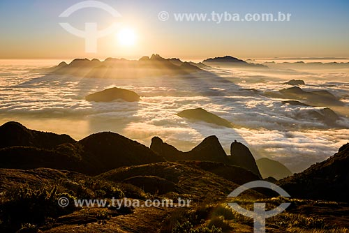 Vista do amanhecer a partir da trilha da Pedra do Sino no Parque Nacional da Serra dos Órgãos com o Nariz do Frade com verruga  - Teresópolis - Rio de Janeiro (RJ) - Brasil