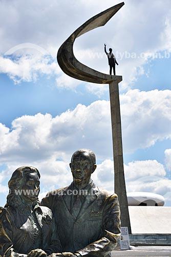 Escultura de Juscelino e Sarah Kubitschek - autoria: escultor Roberto Sá - Memorial JK  - Brasília - Distrito Federal (DF) - Brasil