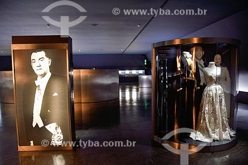 Casaca e faixa presidencial usado por JK e réplica do vestido usado por Sarah Kubitschek na ocasião da posse - Exposição permanente - interior do Memorial JK (1981)  - Brasília - Distrito Federal (DF) - Brasil