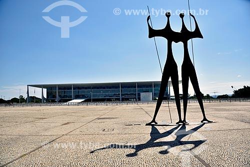 Escultura Os Guerreiros - também conhecida como Os Candangos com Palácio do Planalto ao fundo  - Brasília - Distrito Federal (DF) - Brasil