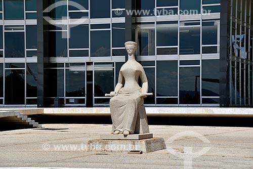 A Justiça - escultura em granito de Alfredo Ceschiatti localizada na frente do Supremo Tribunal Federal - sede do Poder Judiciário Federal   - Brasília - Distrito Federal (DF) - Brasil