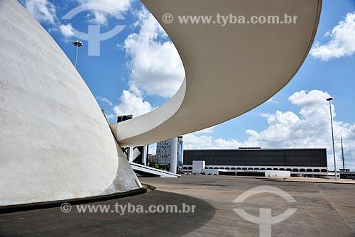 Museu Nacional Honestino Guimarães (2006) e Biblioteca Nacional de Brasília ao fundo - parte do Complexo Cultural da República João Herculino  - Brasília - Distrito Federal (DF) - Brasil