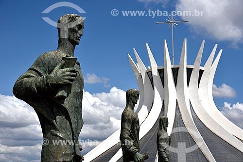 Escultura Os Quatro Evangelistas e ao fundo Catedral Metropolitana de Nossa Senhora Aparecida (1958) - também conhecida como Catedral de Brasília  - Brasília - Distrito Federal (DF) - Brasil