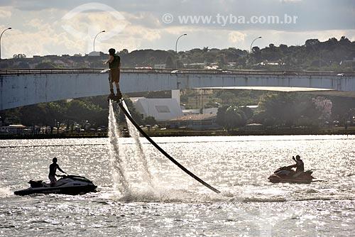 Praticante de flyboard no Lago Paranoá  - Brasília - Distrito Federal (DF) - Brasil
