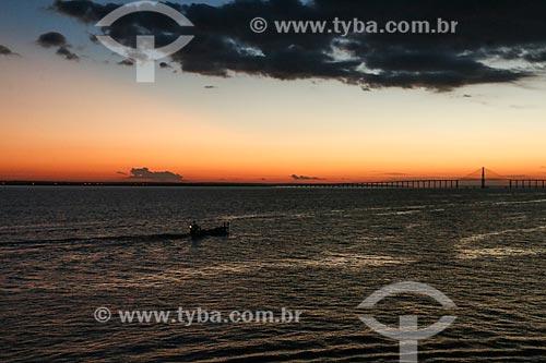 Pôr do sol no Rio Negro com a Ponte Rio Negro ao fundo  - Manaus - Amazonas (AM) - Brasil